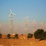 Windmolen in woestijn produceert stroom en water